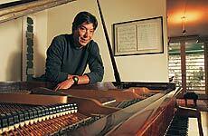 joão lara mesquita próximo ao piano