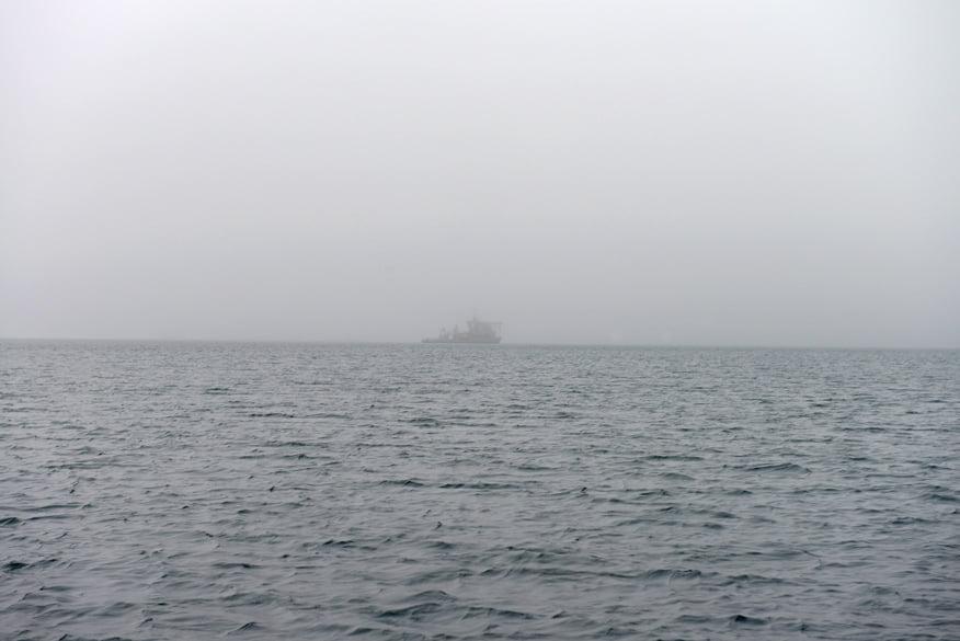 Nosso navio envolto em neblina.