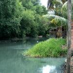 Água fétida do esgoto da favela, ao lado de Mundaú, vai direto para a lagoa.
