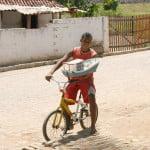 Criança na rua em Coruripe.