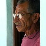 Seu Alfredo, morador de Coqueiro, norte das Bahia, construía canoas baianas no passado.