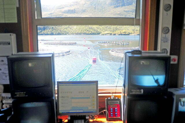 Visão dos tanques a partir da sede da fazenda de salmões