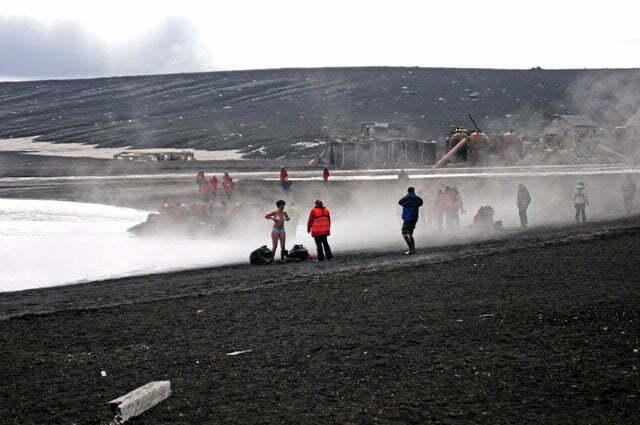 imagem de turistas na ilha Deception