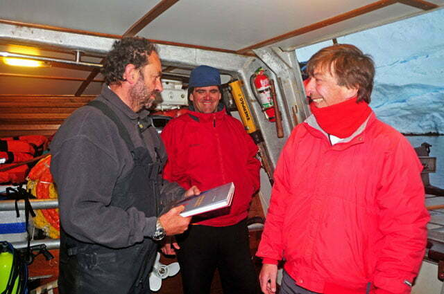 Entregando meu livro sobre embarcações típicas ao Amyr