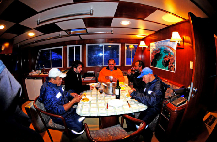 Viagem à Antártica, do Rio Grande para Punta Arenas , imagem da tripulação do mar sem fim almoçando