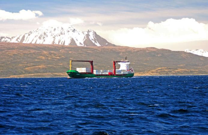 Viagem à Antártica: Punta Arenas - Puerto Natales - Ushuaia, imagem de navio cruzando o estreito de Magalhães.