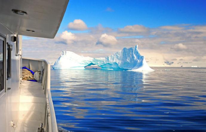 Viagem à Antártica: Ushuaia, Rei George, Ilhas Argentinas, imagem do barco mar sem fim e um iceberg na antártica.