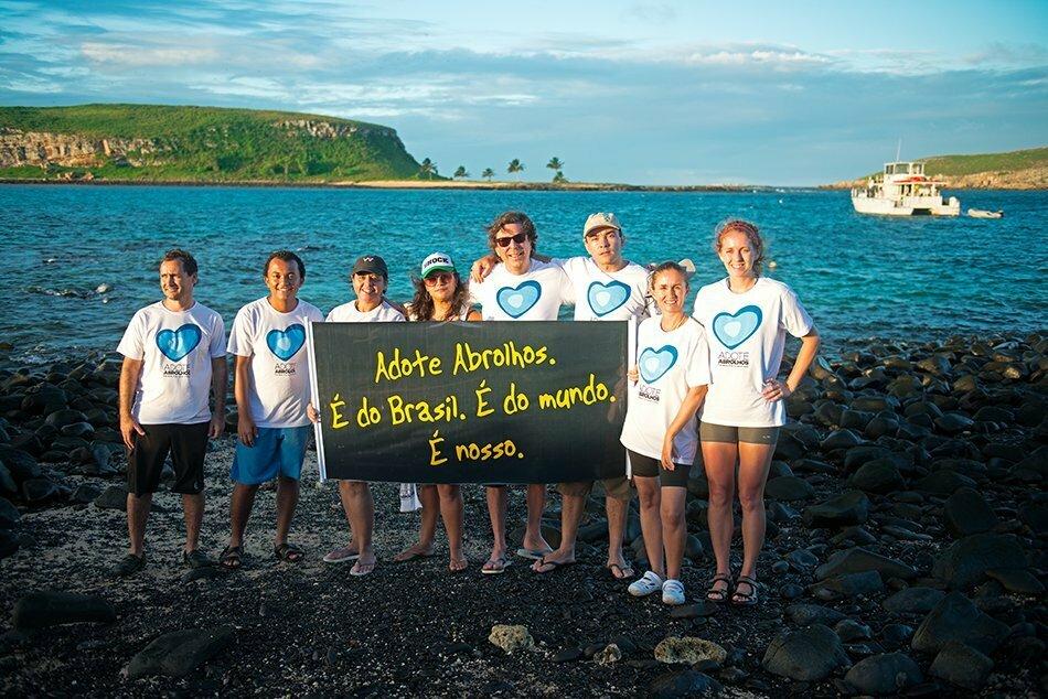 Participantes da campanha Adote Abrolhos na ilha Siriba