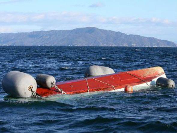 Navio da Marinha japonesa, imagem de bote de navio capotado no mar