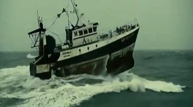 Barcos enfrentam tempestade na Bretanha, imagem de Barco pesqueiro enfrenta tempestade na costa da Bretanha.