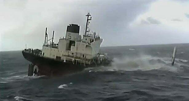A força do mar impressiona, Imagem de um navio afundando