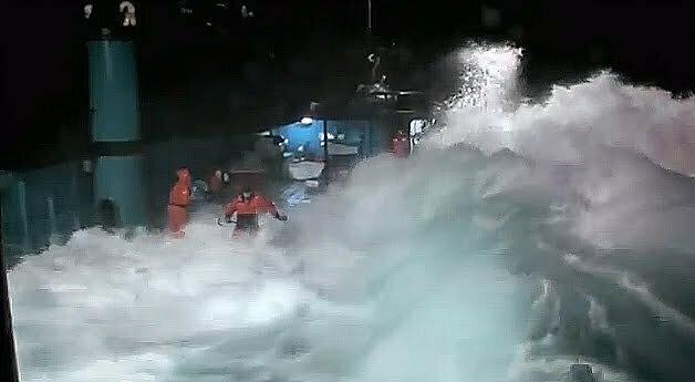 A força do mar impressiona, imagem de onda quebrando dentro do convés de um barco de pesca, demonstra força do mar