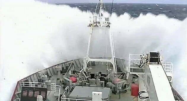 A força do mar impressiona, imagem de proa de um navio levantando água em razão de enorme onda, enfretando a força do mar