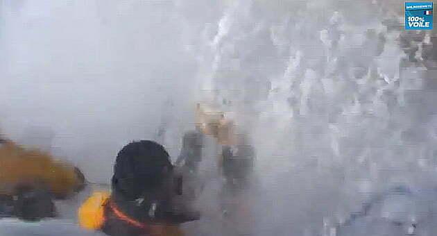A força do mar impressiona,Imagem do timoneiro de um veleiro, em regata, levando uma onda no rosto