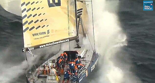 A força do mar impressiona, imagem de Veleiro de regata com tempo ruim enfrenta a força do mar