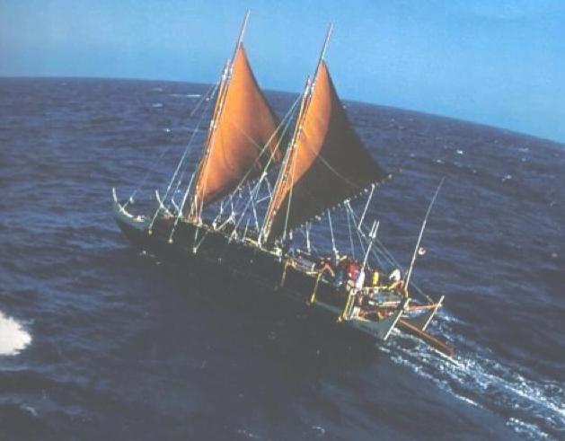 polinésios e grandes navegações, imagem de réplica de antiga canoa polinésia navegando