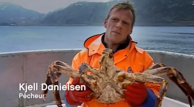 pescador com um caranguejo de Stalin, exemplo de espécies exóticas