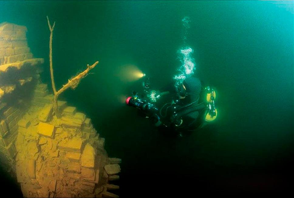 cidade submersa na China, mergulhador em cidade submersa na China