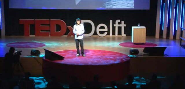 imagem de um colegial em conferência no TED falando sobre eliminar plástico dos oceanos