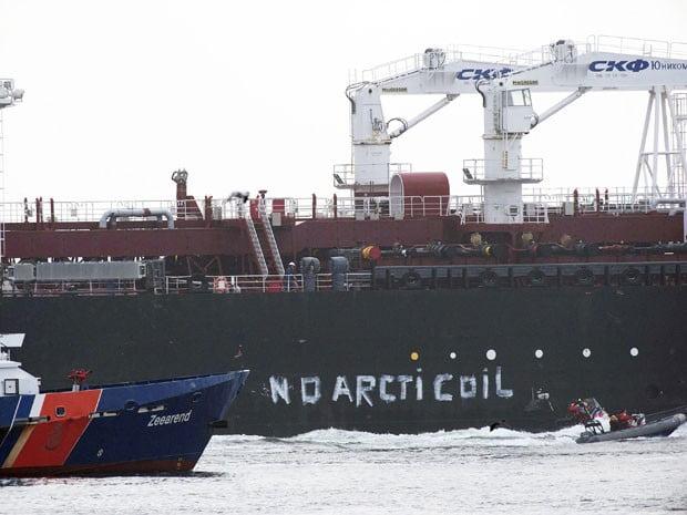 Navio tanque petroleiro bloqueado pelos ativistas do Greenpeace.