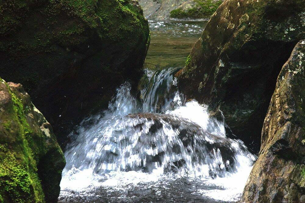 RPPN Salto Morato, Reserva Particular do Patrimônio Natural Salto Morato, imagem de pedras e água de rio