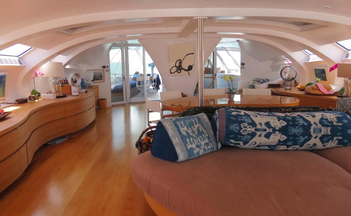 imagem da sala de um super iate que parece nave espacial