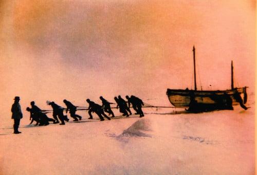 imagem marinheiros arrastam bote salva-vidas na Antártica