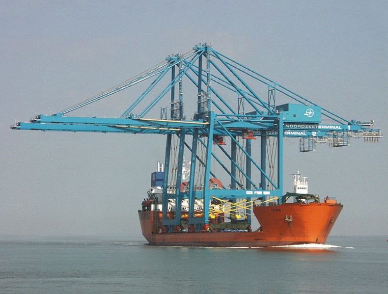 navio que transporta navios, imagem de navio que transporta navios levando guindastes