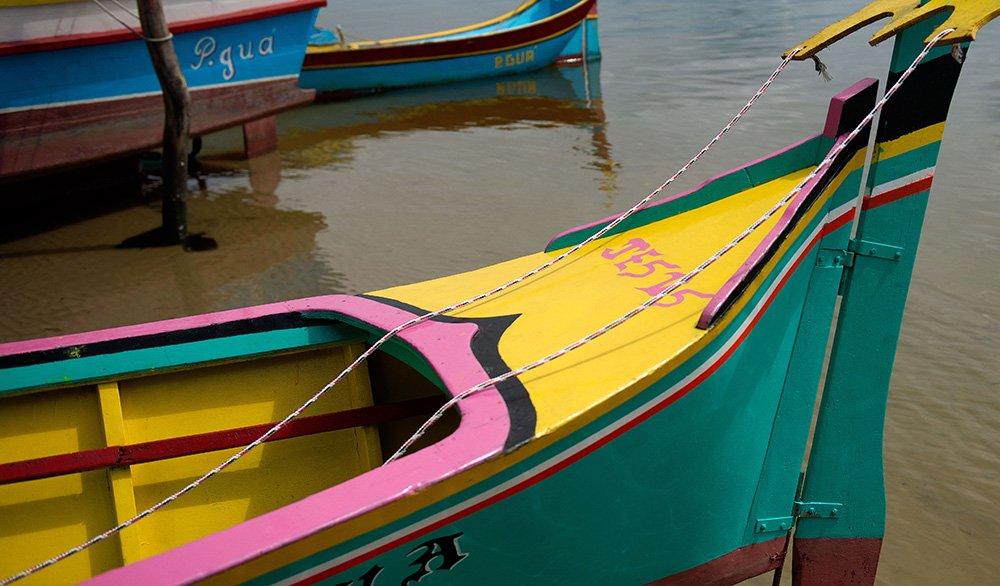imagem de canoa de-bordadura no Parque Nacional do Superagui