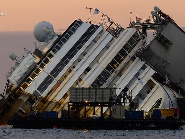 costa concórdia, imagem do navio costa concordia deitado no mar