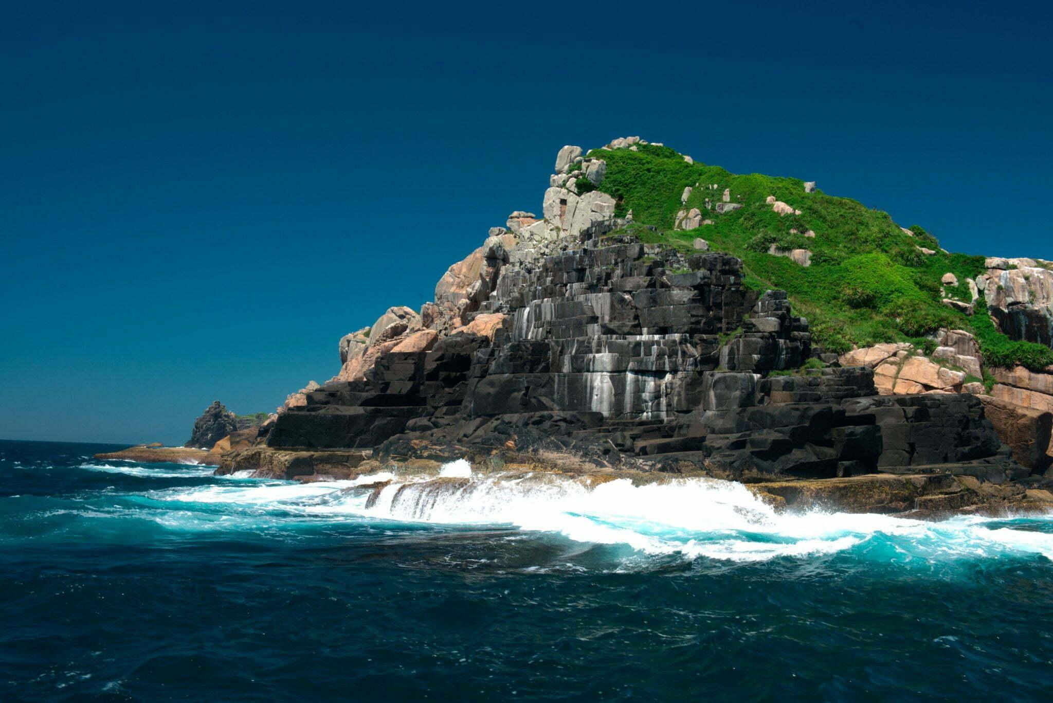 A falta de áreas protegidas no litoral brasileiro, imagem costao-negro-galesRebio arvoredo