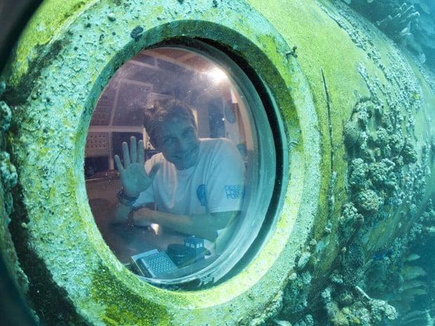 neto de Jacques Costeau, imagem de fabien, neto de Jacques Costeau em laboratório submarino