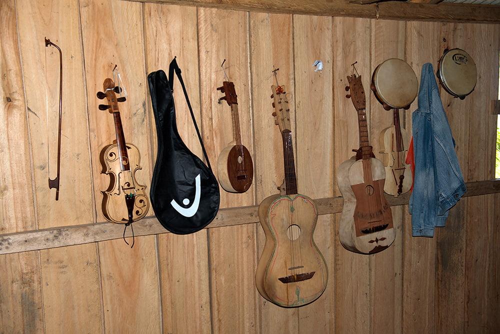 imagem de instrumentos-do-fandango no Parque Nacional do Superagui, Paraná