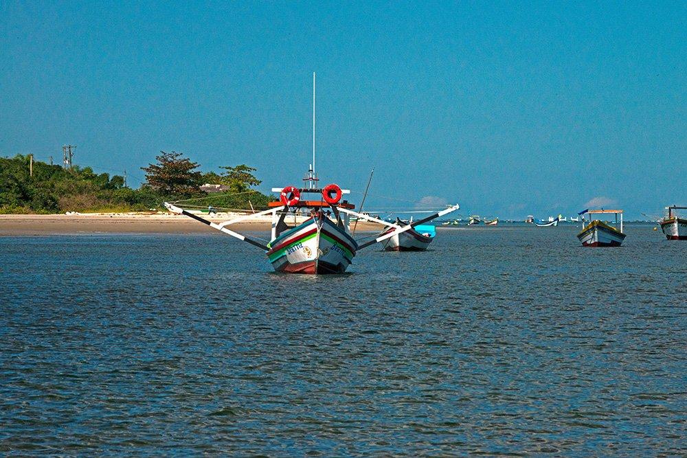 imagem dos-barcos-barra-Parque Nacional do Superagui