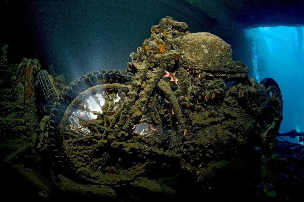imagem moto antiga em naufrágio