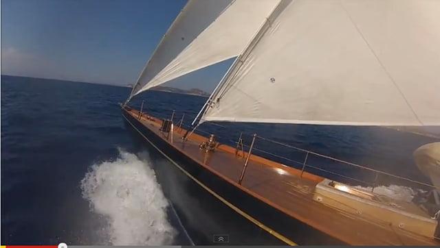 Velejando no Shamrock V, imagem do veleiro Shamrock V velejando