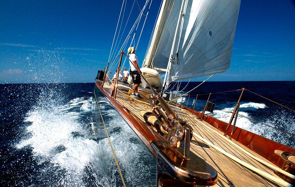 Regata de veleiros clássicos, imagem da proa do shamrock-V