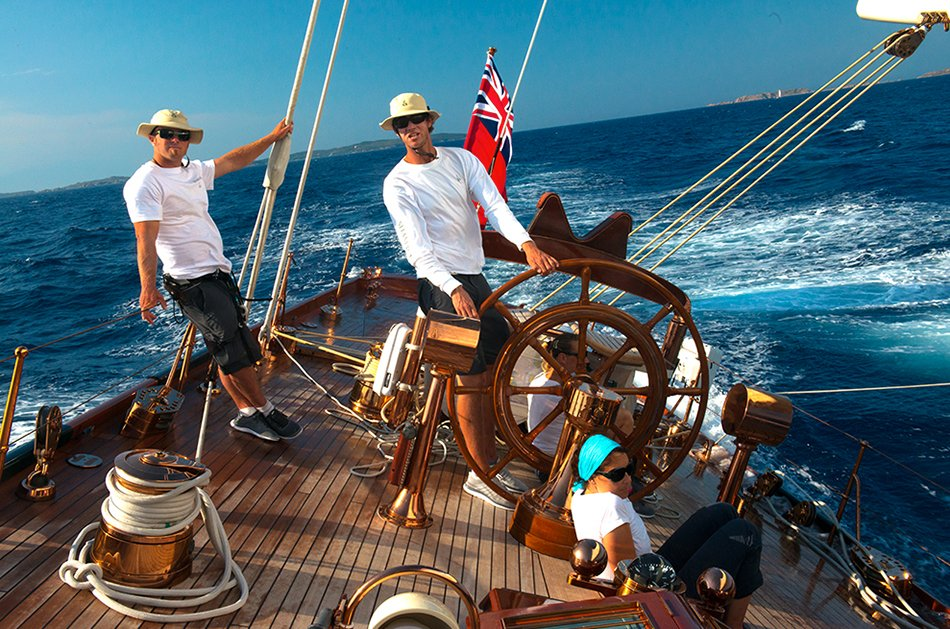 Regata de veleiros clássicos, imagem da roda de leme do shamrock-V