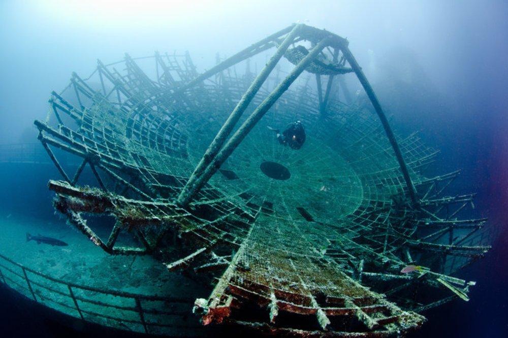 imagem antena parabólica em naufrágio.