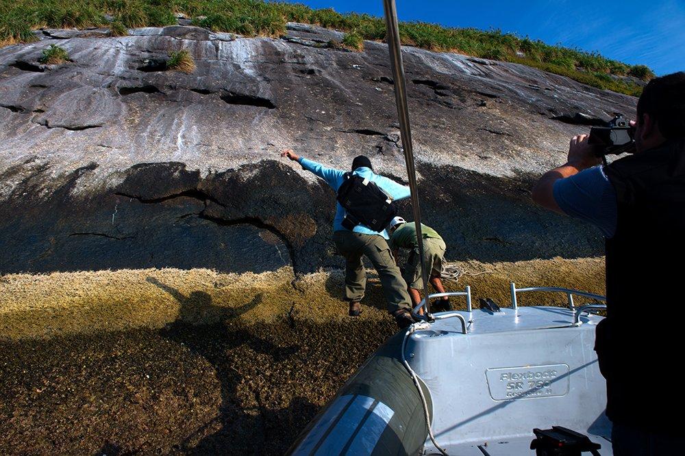 geraldo-descendo-na-ilha-Paredao-alcatrazes