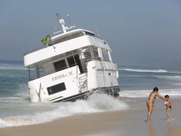 iate encalhado, imagem de  Iate encalhado em praia do rj