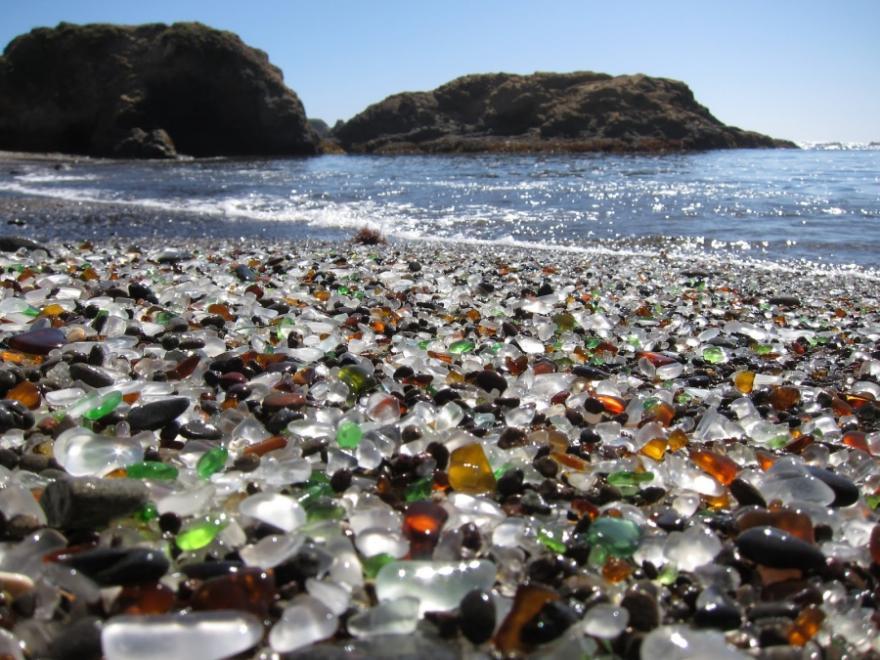 As praias mais diferentes do mundo, imagem de areia de vidro nas praias mais diferentes do mundo