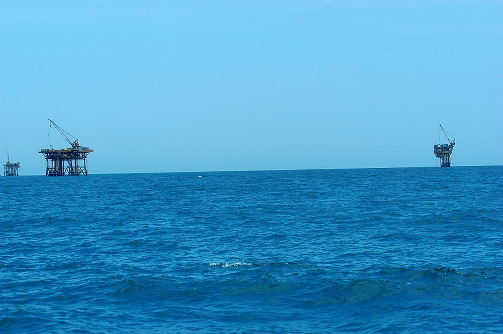 recursos marinhos, imagem de plataforma de petróleo no mar de sergipe