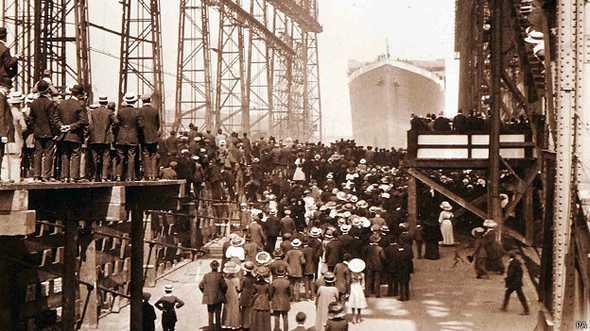 Fotos inéditas do Titanic, imagem de multidão aguarda partida do transatlântico