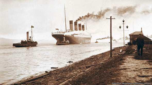 Fotos inéditas do Titanic, imagem do Titanic lançando fumaça no céu de Belfast