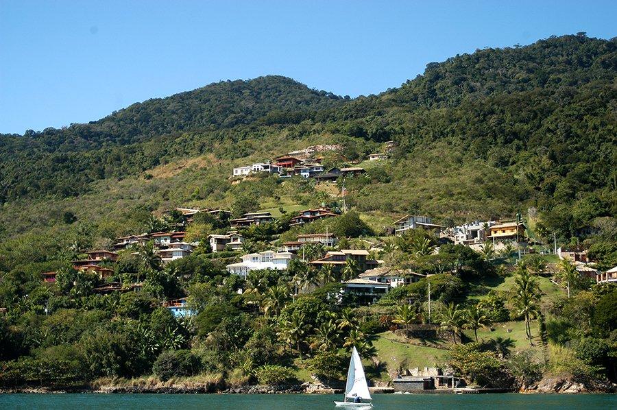 Parques Estaduais Ilhabela e ilha Anchieta, imagem de casas no -morro de ilhabela