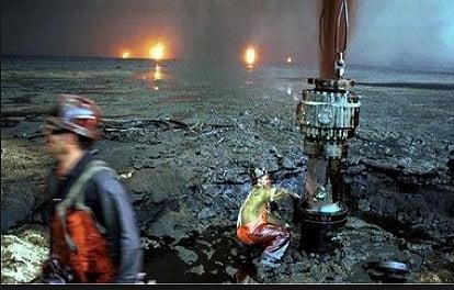 Recursos marinhos, imagem de poços de petróleo destruídos na Guerra do Golfo