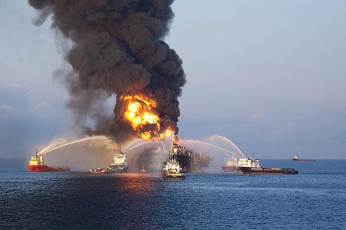 Recursos marinhos, imagem de incêndio em plataforma de petróleo