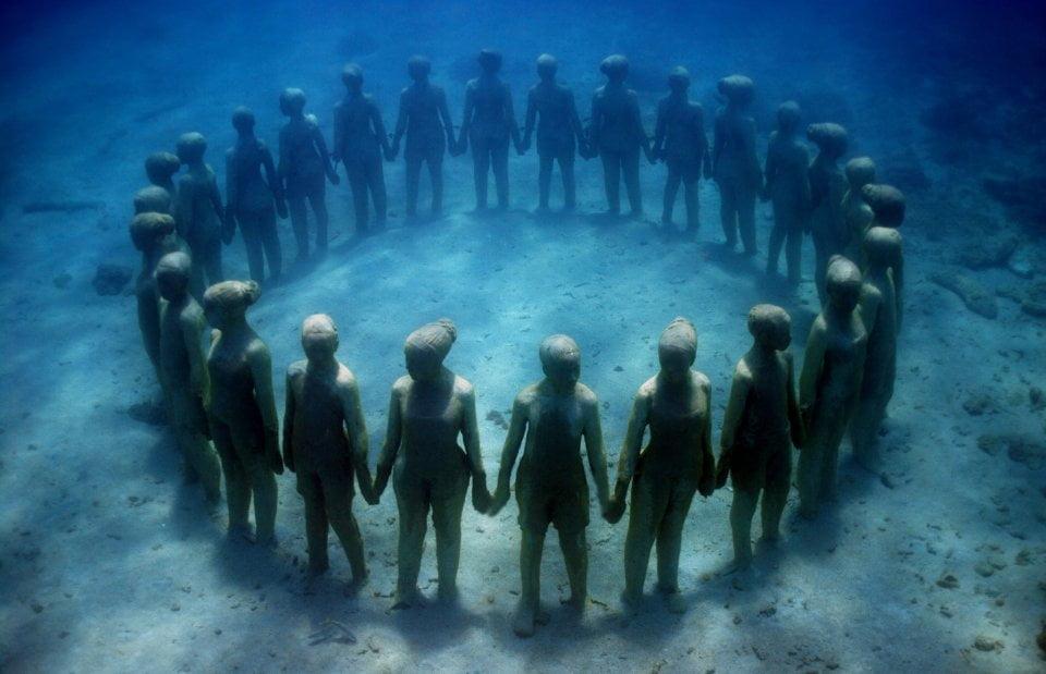 esculturas subaquáticas, anel de crianças