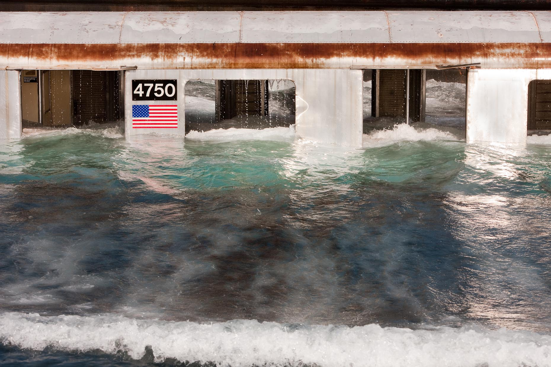 Recifes artificiais, imagem de metro afundando no oceano